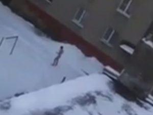 В морозном Смоленске голый мужчина прогуливался по улице