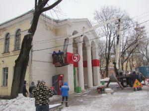В Смоленске демонтируют вывески со здания «нашумевшего» магазина