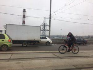 В Смоленске велосипедистка с ребенком на раме практикует экстремальное вождение
