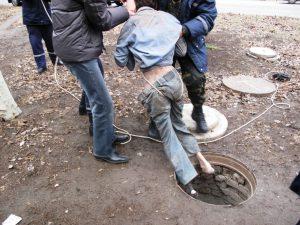 На заводе под Смоленском мужчина покалечился, провалившись в люк
