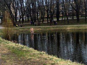 В Смоленске мужчина искупался в пруду городского парка