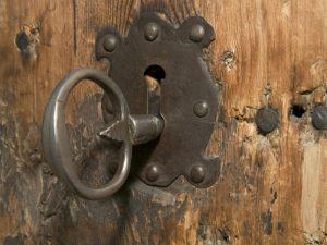 В Смоленске наказали виновных за открытые чердаки и подвалы жилых домов