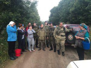 Поисковики нашли двух потерявшихся в лесу смолянок