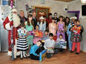 Полицейский Дед Мороз поздравил многодетную семью в Смоленской области