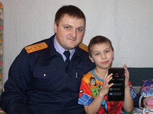 Смоленские следователи навестили детей, спасшихся во время пожара в Вязьме