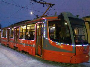 В канун Нового года по Смоленску начал курсировать сказочный трамвай