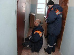 В Смоленске ребенок застрял между входных дверных проемов