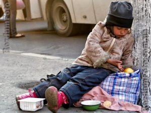 Две смолянки заставляли своих детей попрошайничать около торгового центра