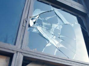 В Вязьме ребенка едва не порезало оконное стекло