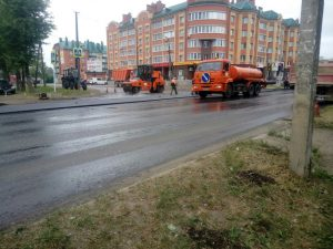 «Холопы все стерпят». В Смоленской области дорогу ремонтируют под дождем