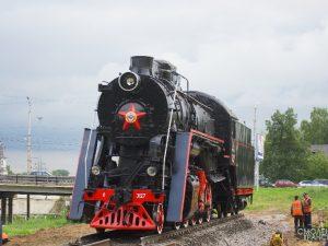 Паровоз-памятник установили в Смоленске