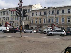 Эвакуатор увез припарковавшиеся около Беляевского моста авто