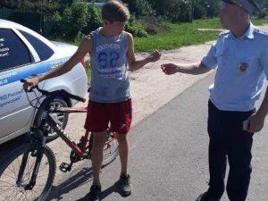 В Смоленской области полицейские раздают подросткам фликеры