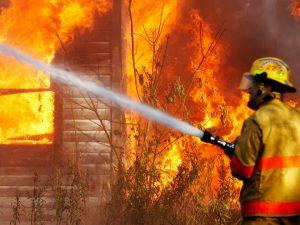 На улице Петра Алексеева в Смоленске сгорел ларек «Бистро»