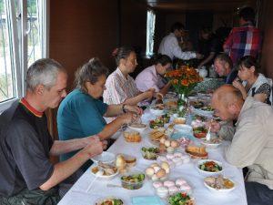 В Смоленске возле церкви открыли столовую для бездомных