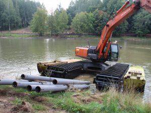 В Смоленске уникальный экскаватор построит мост в парке «Соловьиная роща»