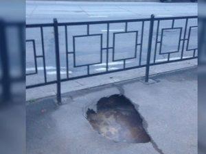 На улице Фрунзе в Смоленске появилась яма с кипятком