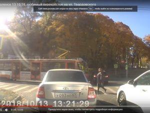 На перекрестке улиц Тенишевой и Твардовского в Смоленске трамвай врезался в иномарку