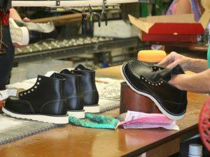 В Смоленске алиментщицу приговорили к обязательным работам на обувной фабрике