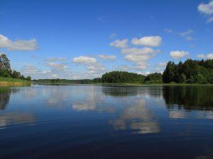 Под Смоленском толстосум незаконно построил дом и причал на берегу озера