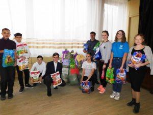 В Смоленске школьники передали корм для животных приюту «Верность»