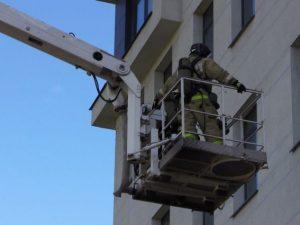 Пожарные эвакуировали 10 человек из горящего дома в Рославле