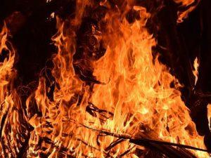 Пожар на Нижне-Профинтерновской в Смоленске: трехэтажка едва не сгорела из-за бытовых отходов