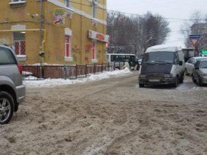«Заставьте работать коммунальные службы». Жители Сафонова жалуются на снежную кашу во дворах
