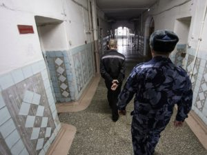 Смоленский осужденный избил сотрудника колонии
