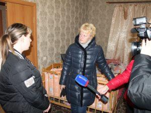 «Сергей Неверов оплатил мне съемное жилье». В Смоленской области сирота с маленьким ребенком переезжают из жуткой квартиры