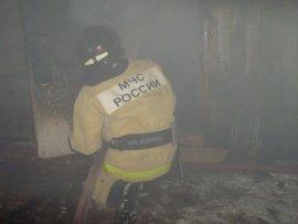 Двоих человек спасли пожарные из горящего дома на улице Марии Октябрьской