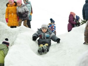 Жители Десногорска восстановили детскую горку своими руками