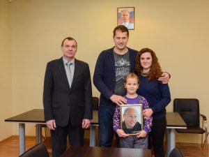 Смоленская школьница получила в подарок фотографию с автографом президента Владимира Путина