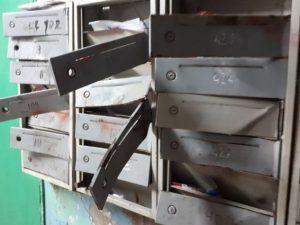 Неизвестные разгромили почтовые ящики в многоэтажке в Смоленске