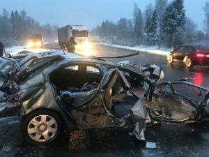 В Смоленской области в жесткой аварии столкнулись три автомобиля