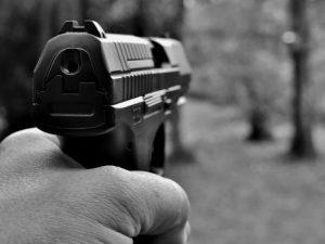 В Смоленске мужчина угрожал прохожим пистолетом