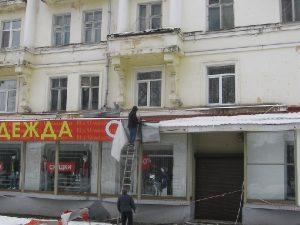 В центре Смоленске из-за снега обвалилась вывеска магазина