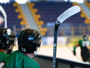 Хоккеисты из Сафонова подрались с соперниками на матче