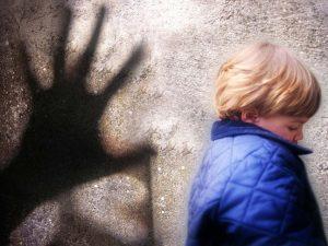 В Смоленске педофил домогался подростка на остановке