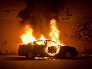 В смоленском райцентре ищут поджигателя машины