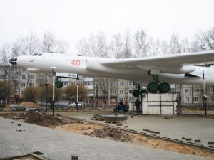 В Смоленске завершается благоустройство сквера у самолета «Ту-16»