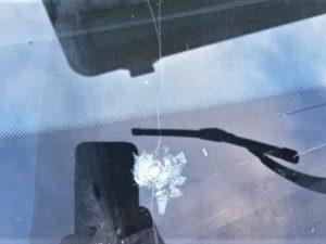В Смоленской области вандалы прострелили лобовое стекло автомобиля
