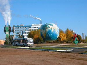 Строительная конструкция упала на детскую площадку в Смоленске