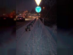 В Смоленске установили дорожный знак посреди тротуара