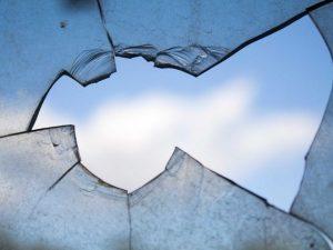 Смолянку подозревают в разбитии пяти окон в здании сельской администрации