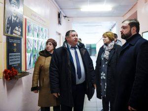 Алексей Островский поручил отремонтировать школу в Вяземском районе