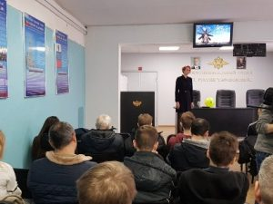 Смоленские полицейские провели профориентационный урок для старшеклассников