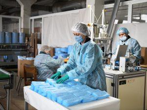 Смоленский электротехнический завод будет ежедневно поставлять порядка 10 тысяч масок в медицинские организации