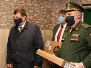 Ляхов и Рыкалов подарили смоленской многодетной семье три ноутбука