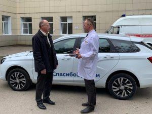 В Смоленске единороссы передали борющимся с COVID-19 врачам автомобиль